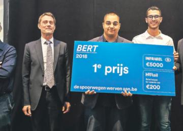 Die Schüler Sidney Förster und David Allmanns nehmen gemeinsam mit ihrem Lehrer Etienne Simar den ersten Preis von SNCB-Vertretern im Brüsseler Train-World-Museum entgegen.